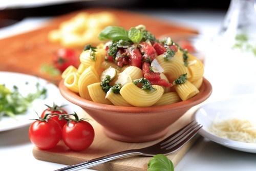 Салат из помидоров, сыра и пасты с базиликом и лимоном