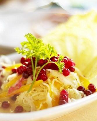 Салат из капусты с орехами, клюквой и крыжовником и тмином