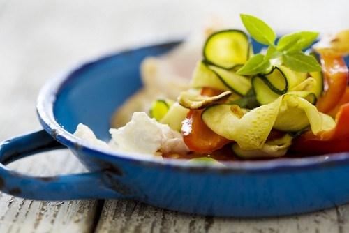 Салат из кабачков со сладким перцем, сыром и шалфеем