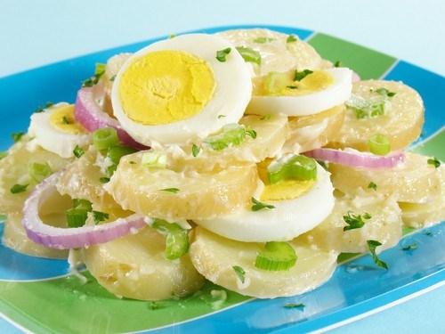 Картофельный салат с зеленью и сливочным соусом