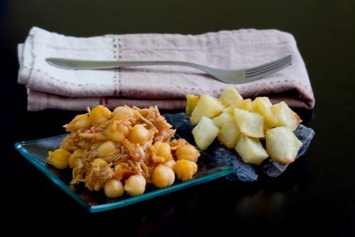 Салат из индейки с нутом, курагой и миндалем