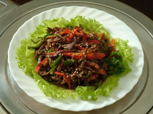Салат из баранины с базиликом и кунжутом