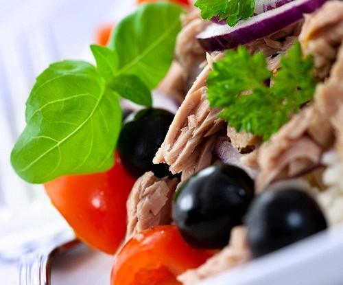 Салат из анчоусов с оливками, маслинами и зеленью