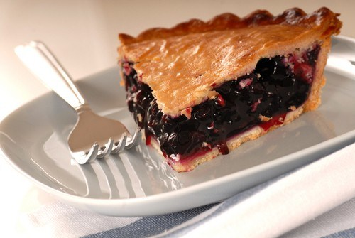 Пирог с тремя видами ягод и ванильным мороженым