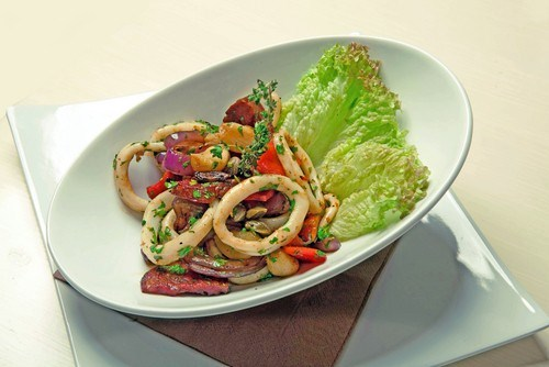 Салат из языка с кальмарами и черносливом