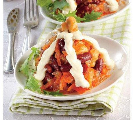 Фасолевый салат с копченой курицей