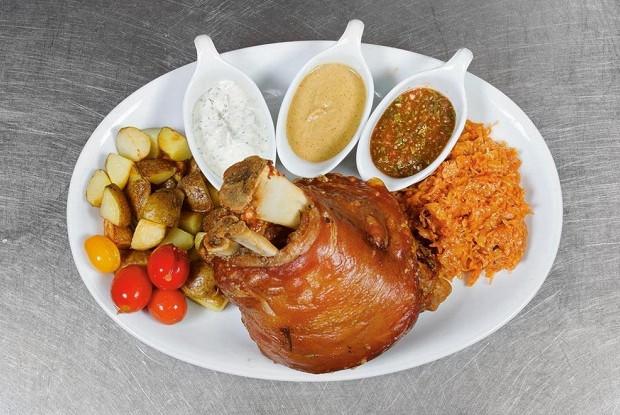 Свиная рулька с тушеной капустой и картофелем