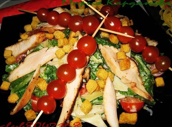 Салат «Цезарь» с курицей и беконом