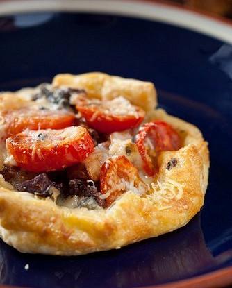 Пицца с луком и сыром