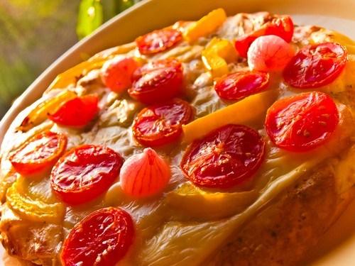 Пирог с помидорами, творожным сыром и базиликом