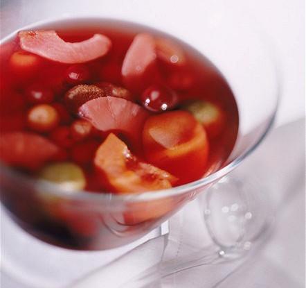 Летний фруктово-ягодный пунш с розовым шампанским
