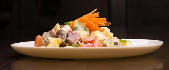 Салат из ветчины с сыром и ананасами