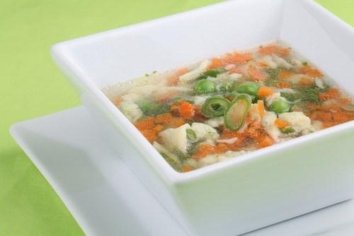 Куриный рисовый суп с зеленым горошком