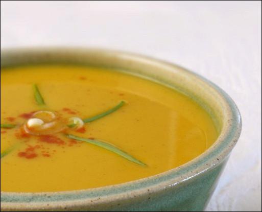 Охлажденный крем-суп из авокадо с сальсой и кориандром