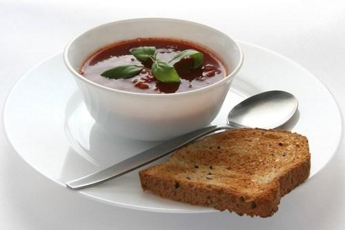 Суп-пюре из артишоков и фасоли с теплым хлебом с фетой, черри и базиликом