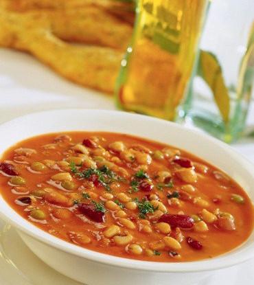 Суп из белой фасоли, чоризо и кориандра