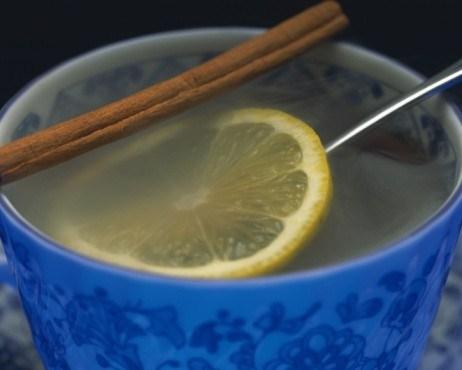 Теплый домашний лимонад с корицей