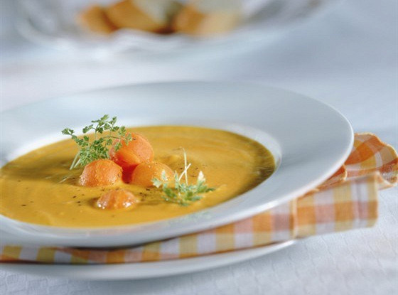 Суп из дыни с ягодами и йогуртовым кремом