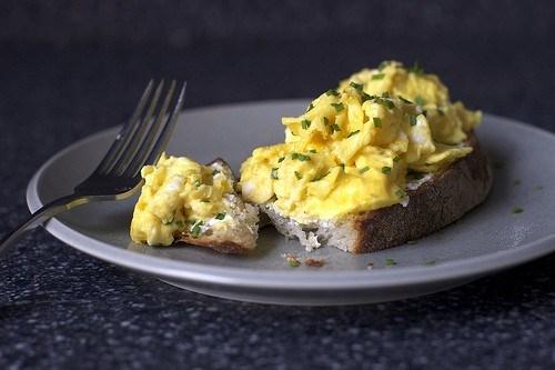 Сэндвич с яйцом и зеленью