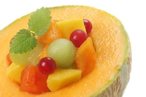 Десерт из дыни с кокосовой стружкой