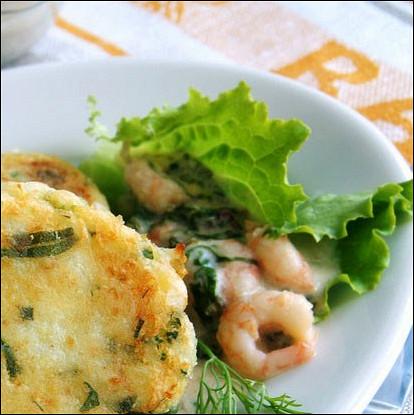 Салат с креветками и блинчиками из пармезана