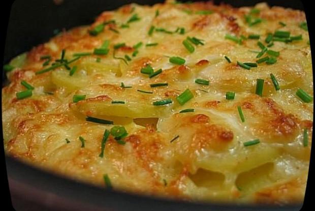 Слоеный картофель, запеченный под голубым сыром