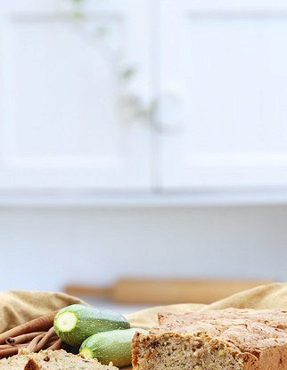 Пирог с цукини, лимоном и кедровыми орешками