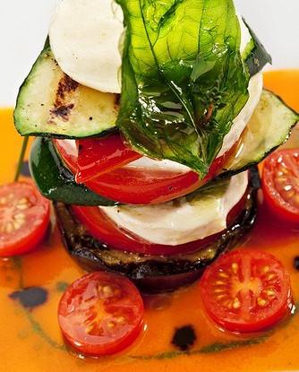 Салат из кабачков, томатов, мяты и моцареллы