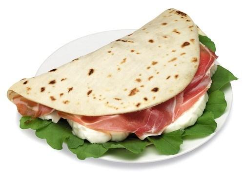 Итальянские лепешки с сыром, прошутто и рукколой на гриле