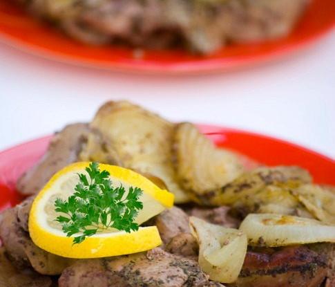 Маринованная куриная печень со сладким перцем, луком, чесноком и имбирем
