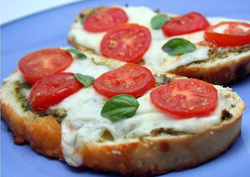 Горячие бутерброды с брынзой, помидорами и зеленью