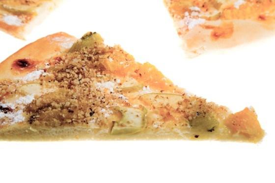Пицца с грушей, луком, орехами и двумя видами сыра