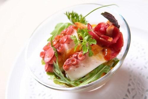Салат из осьминога на гриле, рукколы и черри