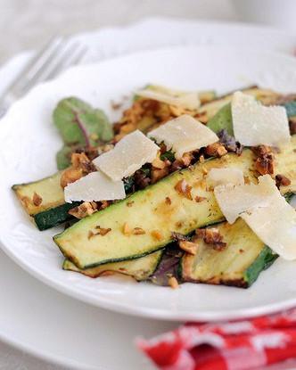 Салат из жареных цукини и пекорино