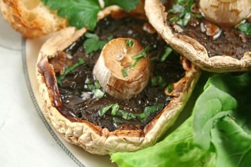 Грибы на гриле с трюфельным маслом, рукколой и пармезаном