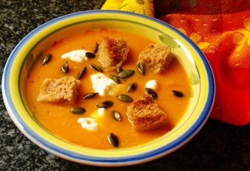 Тыквенный крем-суп с крутонами и тыквенными семечками