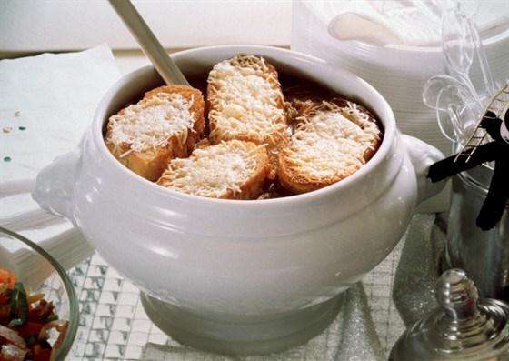 Французский луковый суп с тимьяном и чесночными крутонами с сыром