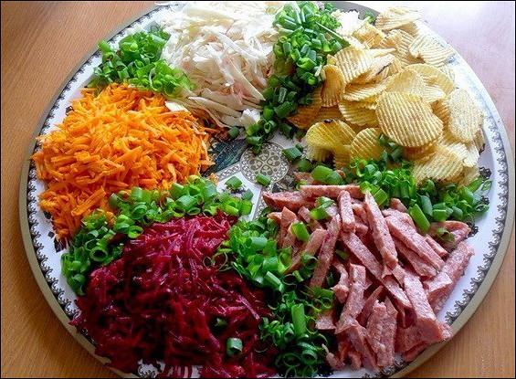 Овощной салат с копченой колбаской
