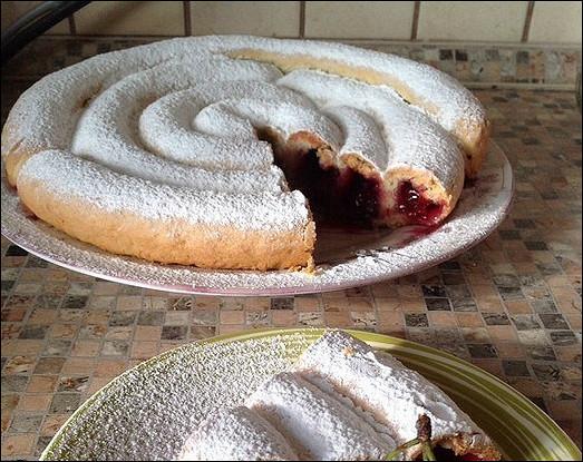 Необычный вишневый пирог на кефирном тесте