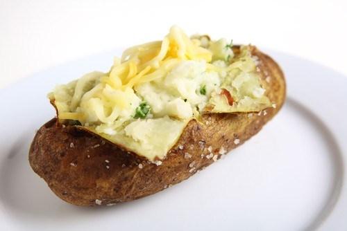 Печеный картофель с начинкой из брокколи, сыра и бекона