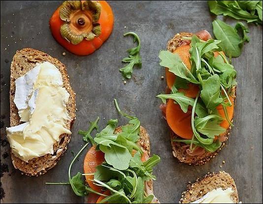 Сэндвич с хурмой, прошутто и сыром бри