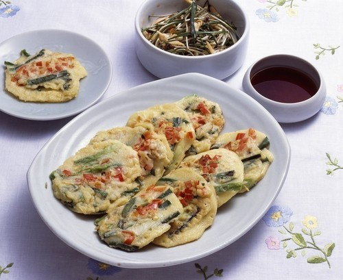 Нарядные рыбные котлеты по-тайски с кусочками красного перца и фасоли