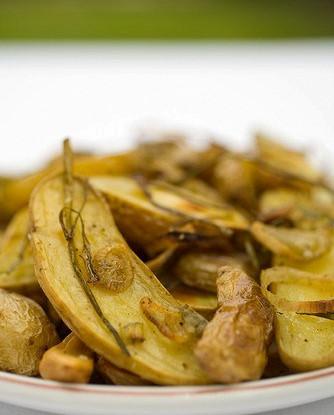 Золотистый картофель на утином жире с чесноком и тимьяном