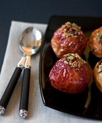 Печеные яблоки с вишней, фисташками, портвейном и апельсиновой цедрой