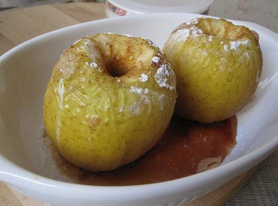 Печеные в духовке яблоки с корицей