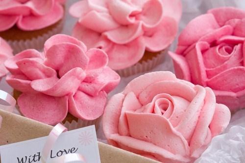 Розовый сливочный крем