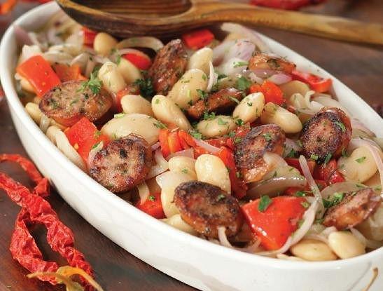 Белая фасоль, запеченная с красным перцем и острыми колбасками