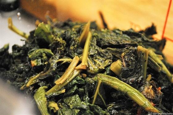 Жареная листовая горчица с чесноком и луком