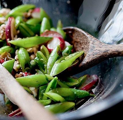 Салат с редисом, сельдереем и зеленым горошком
