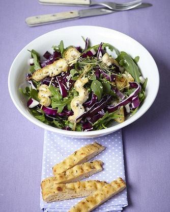 Зеленый салат с курицей на гриле и чесночными сухариками